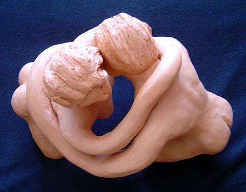 Um homem e uma mulher se abraçam com braços longos, que os entralaçam completa e inseparavelmente. O Amor dos Amantes!