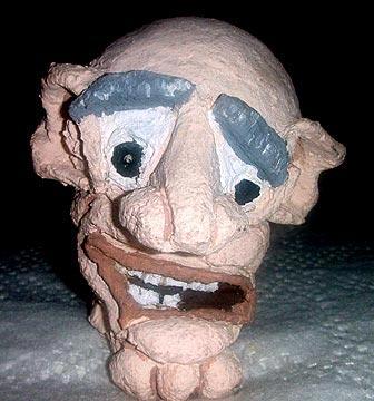 Cabeça de um boneco muito Feioso, modelada em papel machê, para um espetáculo infantil.